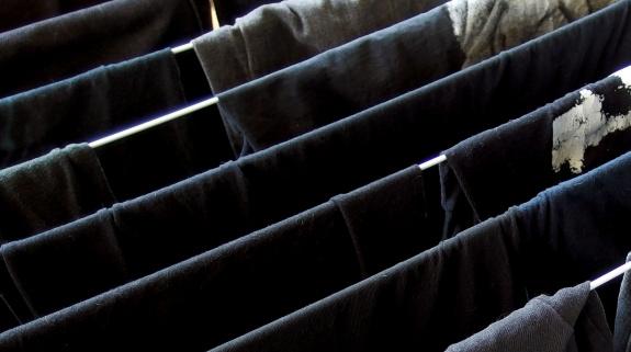 Jeans waschen nach schwarze flecken weiße Streifen auf